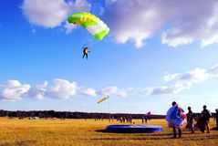 Le jeune parachutiste se prépare au débarquement sur un trempoline Image stock