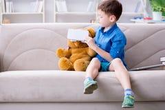 Le jeune petit garçon avec des verres de réalité virtuelle de vr photo stock