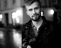 Le jeune photographe masculin se tient sur la rue de ville dans la soirée photos libres de droits