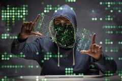 Le jeune pirate informatique dans le concept de protection des données images stock