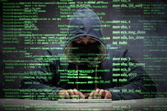 Le jeune pirate informatique dans le concept de protection des données photographie stock libre de droits