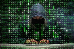 Le jeune pirate informatique dans le concept de protection des données image stock