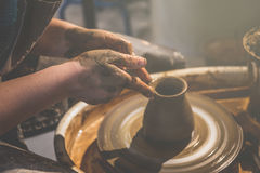 Le jeune potier féminin forme le pot de l'argile photo libre de droits