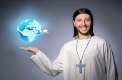 Le jeune prêtre chrétien dans le concept de transports aériens photo libre de droits
