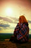 Le jeune randonneur de femme de cheveux blonds prend un repos sur la crête de la montagne Photos stock