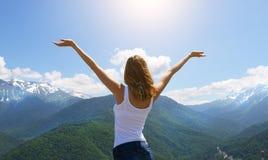 Le jeune randonneur heureux de femme de voyageur a soulevé le bras  Photo libre de droits