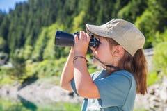 Le jeune randonneur observe le panorama avec le télescope Photos stock