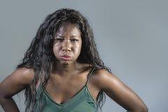 Le jeune regard agité et pissé faisant des gestes contrarié et fâché de beau et soumis à une contrainte d'africain noir sentiment photographie stock libre de droits