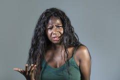 Le jeune regard agité et pissé faisant des gestes contrarié et fâché de beau et soumis à une contrainte d'africain noir sentiment images stock