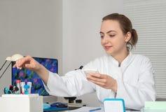 Le jeune scientifique féminin ou la technologie travaille dans l'installation de reserarch Image libre de droits