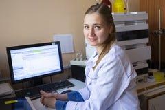 Le jeune scientifique travaille dans le laboratoire biologique moderne photographie stock libre de droits