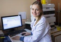 Le jeune scientifique travaille dans le laboratoire biologique moderne photos libres de droits