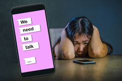 Le jeune sentiment coréen asiatique désespéré et triste de femme a diminué en ligne le composé de souffrance de douleur et de coe image libre de droits