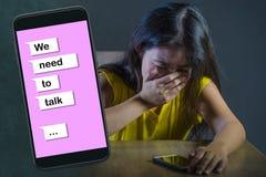 Le jeune sentiment coréen asiatique désespéré et triste de femme a diminué en ligne le composé de souffrance de douleur et de coe images stock