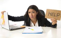 Le jeune signe latin désespéré occupé d'aide de participation de femme d'affaires se reposant au bureau dans l'effort s'est inqui Image libre de droits