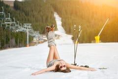 Le jeune skieur nu heureux a l'amusement sur la pente neigeuse près du remonte-pente à la station de sports d'hiver Photos libres de droits