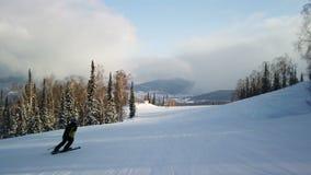 Le jeune skieur récréationnel adulte apprécie le temps parfait idyllique en hiver froid Seul ski sur le ski parfaitement toiletté clips vidéos