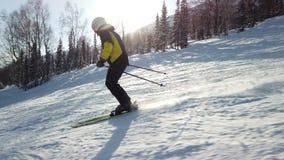 Le jeune skieur récréationnel adulte apprécie le temps parfait idyllique en hiver froid Seul ski sur le ski parfaitement toiletté banque de vidéos