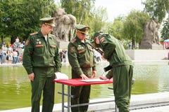 Le jeune soldat jure un serment à la patrie Photo libre de droits