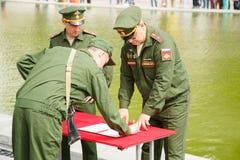 Le jeune soldat jure un serment à la patrie Photographie stock