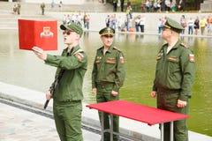 Le jeune soldat jure un serment à la patrie Photos stock