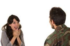 Le jeune soldat militaire retourne pour rencontrer son épouse Photo stock