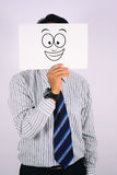 Le jeune sourire de Wearing d'homme d'affaires masquent largement d'isolement sur le blanc Photos libres de droits