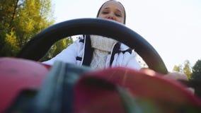 Le jeune sourit belle femme conduisant ATV, par le soleil, des mains que prise volant dedans au ralenti 1920x1080 clips vidéos