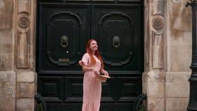 Le jeune touriste féminin examine des rues de vieille ville en Italie, fin  banque de vidéos