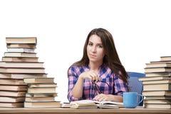 Le jeune étudiant préparant à l'université les examens d'isolement sur le blanc Photo libre de droits