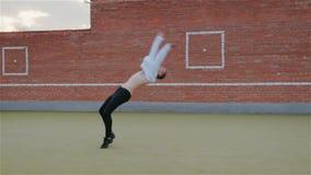 Le jeune type caucasien moderne ex?cute les tours acrobatiques, ?l?ments complexes sur la rue sur le terrain de jeu clips vidéos