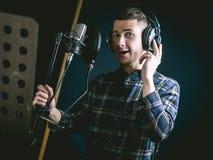Le jeune type chantant dans le studio d'enregistrement image libre de droits