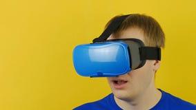 Le jeune type dans l'affichage tête-monté regarde autour, réalité virtuelle, le hmd 360 banque de vidéos