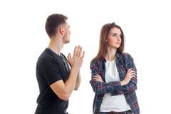 Le jeune type demande la rémission de la fille et elle a tourné à partir de lui Images stock