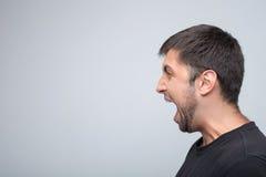 Le jeune type exprime ses émotions négatives Image stock