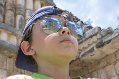Le jeune voyageur admire la culture de Maya image stock