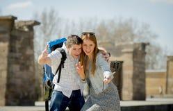 Le jeunes étudiant et touriste américains couplent le monument égyptien de visite prenant la photo de selfie avec le bâton Image libre de droits