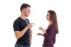 Le jeunes beaux type et fille se tiennent vis-à-vis de l'un l'autre et découvrent quelque chose Image libre de droits