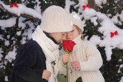 Le jeunes garçon et fille avec le rouge se sont levés Photos stock
