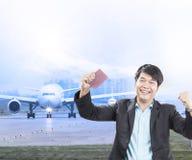 Le jeunes homme d'affaires et passeport de visa étaient à disposition approuvent avec l'ha Photos stock