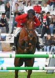 Le jockey saute par un obstacle Photographie stock