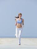 Le jogga för kvinna för mitt åldrigt Royaltyfri Fotografi