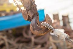 Le joint articul? et la connexion avec un c?ble en acier en installant les structures ext?rieures Rusty Sling With Hook image libre de droits