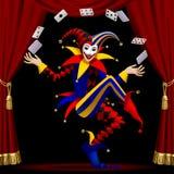 Le joker avec jouer des cartes a cultivé par le rideau rouge illustration stock