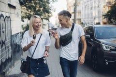 Le joli couple mignon marche sur des rues Photographie stock