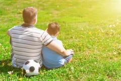 Le joli enfant dépend de son grand-père Image libre de droits