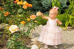 Le joli enfant heureux de fille célèbrent son anniversaire avec le décor rose dans le beau jardin Joie humaine positive de sentim Photo stock