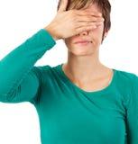 Le joli femme cache ses yeux Image stock