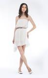 Le joli femme dans la robe blanche a isolé - le projectile de studio Photos stock