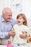 Le joli grand-parent s'occupe du petit enfant Photographie stock libre de droits